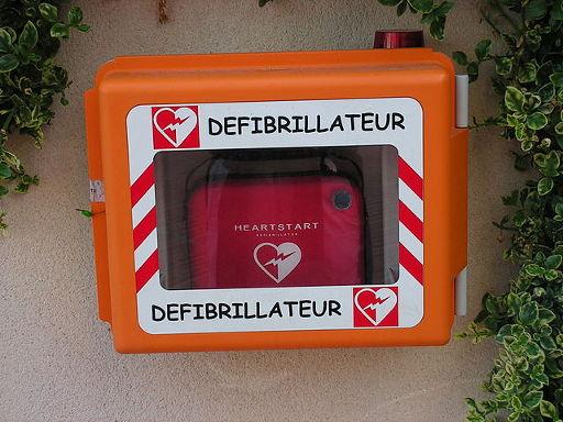 Przykładowy AED na ulicy